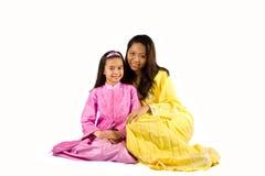 Mooie moeder en dochter, die op wit wordt geïsoleerd stock afbeeldingen