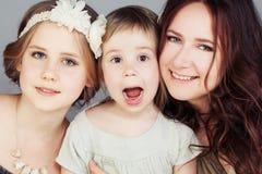 Mooie moeder en dochters Leuke Meisjes Royalty-vrije Stock Afbeeldingen