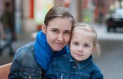 Mooie moeder en weinig dochter Stock Foto
