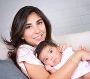 Mooie moeder met weinig dochter Royalty-vrije Stock Afbeeldingen