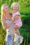 Mooie moeder met zuigelings blonde dochter Royalty-vrije Stock Foto's