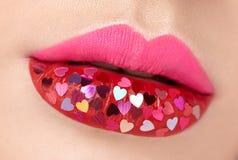 Mooie mollige roze lippen met gekleefde harten royalty-vrije stock fotografie