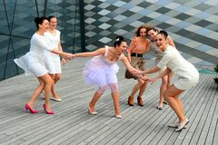 Mooie mooie meisjes die in Vilnius-stad dansen Stock Fotografie