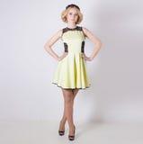 Mooie mooie zachte elegante jonge blonde vrouw in een gele de zomerkleding met de kroon van de pricheskoyibloem in haar haar Stock Foto