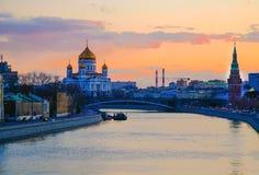 Mooie Moskvarivier - nam Zonsondergang toe MOSKOU RUSLAND royalty-vrije stock foto's