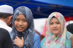 Mooie moslim jonge dames met hijab Stock Afbeeldingen
