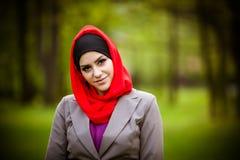 Mooie moslimvrouw die hijab dragen Stock Fotografie