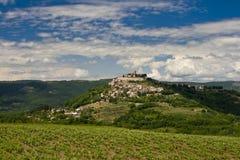Mooie Motovun en heuvels Stock Foto