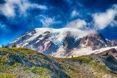 Mooie MT Regenachtiger op een blauwe de zomerhemel royalty-vrije stock afbeelding
