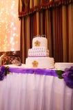 Mooie multi-tiered huwelijkscake met purpere tonen Stock Afbeelding