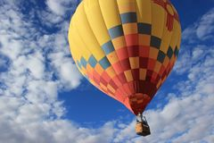 Mooie multicolored hete luchtballon op blauwe hemel en bewolkte achtergrond royalty-vrije stock fotografie