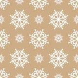 Mooie naadloze achtergrond voor Vrolijke Kerstmis of Nieuw jaar Sneeuwvlokken op een gouden achtergrond Royalty-vrije Stock Afbeeldingen