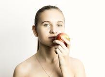 Mooie naakte jonge vrouw die een appel eten gezond voedsel - sterk tandenconcept Royalty-vrije Stock Fotografie