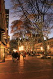 Mooie nacht, met mensen die door Faneuil-Zaal, Boston, Massa, 2014 wandelen Stock Foto