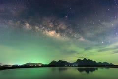 Mooie Nacht Sterrige hemel met Toenemende Melkweg over mounta stock foto