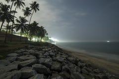 Mooie nachtmening van de kustlijn Stock Foto