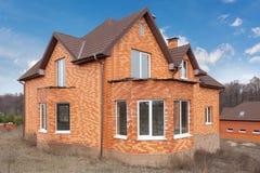 Mooie nieuwe baksteen hoouse met het plastic vensters en dak van de metaaltegel royalty-vrije stock foto