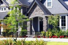 Mooie nieuwe contempory huizen in de voorsteden met de kleurrijke zomer GA Stock Foto