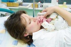 Mooie nieuwe gelukkige moeder Stock Fotografie
