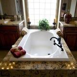 Mooie nieuwe huisbadkamers royalty-vrije stock foto's