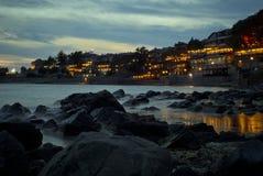 Mooie oceaan overzeese rotsen met nevelige mist Stock Foto's