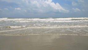 Mooie oceaangolven die bij strand omwikkelen stock videobeelden