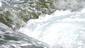 Mooie oceanic golven met witte dichte schuim langzame motie stock videobeelden