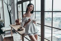 Mooie ochtend Aantrekkelijke jonge vrouw die gezonde breakfa eten stock fotografie