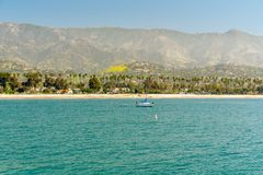 Mooie Ochtend, Santa Barbara Beach Palmen en Bergenachtergronden stock foto's