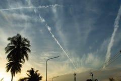 Mooie ochtenden met lichte wolken en kokospalmen royalty-vrije stock fotografie