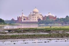 Mooie ochtendmening van Taj Mahal Palace met Jamuna-rivier in de voorgrond royalty-vrije stock foto's