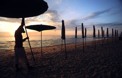 Mooie ochtendzonsopgang met strandparasol Stock Foto