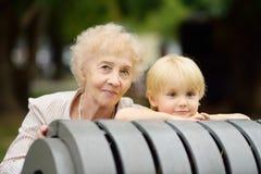 Mooie oma en haar weinig kleinkind samen in park royalty-vrije stock foto