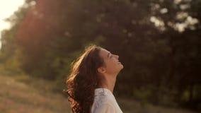 Mooie onbezorgde vrouw op gebieden die gelukkig in openlucht zijn stock videobeelden