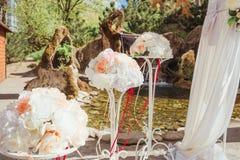 Mooie onderleggers voor glazen met tedere bloemen en scharlaken linten Royalty-vrije Stock Fotografie