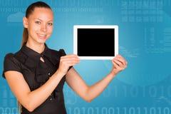 Mooie onderneemster in de tabletpc van de kledingsholding Stock Afbeelding