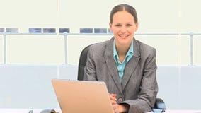 Mooie onderneemster die aan laptop werken stock video