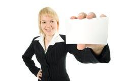Mooie onderneemster die adreskaartje voorstelt Royalty-vrije Stock Afbeeldingen