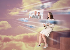 Mooie onderneemster die futuristische interface gebruiken Stock Foto