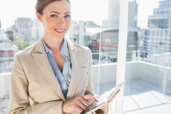 Mooie onderneemster die haar tabletpc met behulp van Royalty-vrije Stock Foto