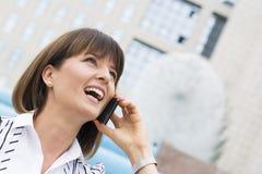 Mooie onderneemster op de telefoon Stock Foto