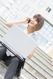 Mooie onderneemster op een onderbreking met laptop en telefoon Royalty-vrije Stock Foto's