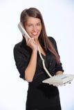 Mooie onderneemsters die op de telefoon in het bureau spreken Stock Foto's