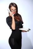Mooie onderneemsters die op de telefoon in het bureau spreken Royalty-vrije Stock Fotografie