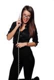 Mooie onderneemsters die op de telefoon in het bureau spreken Royalty-vrije Stock Afbeelding