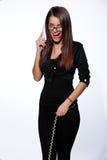 Mooie onderneemsters die op de telefoon in het bureau spreken Royalty-vrije Stock Foto's