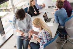 Mooie Onderneemsters die Tablet in de Bureaubouw gebruiken tijdens conf royalty-vrije stock foto
