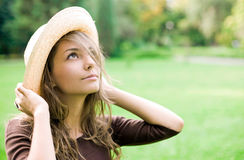 Mooie ontspannen de lentebrunette in openlucht. Royalty-vrije Stock Foto