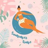 Mooie ontspannen vrouw die op opblaasbare cirkel zwemmen Stock Afbeelding