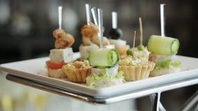 Mooie ontwerp canapes snacks op een buffetlijst stock video